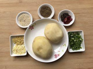 孜然土豆条,材料准备如上图:分别蒜,姜,熟芝麻,孜然粉,花椒,干辣椒,葱,土豆