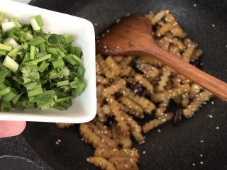 孜然土豆条,加葱花炒均匀就可以出锅了