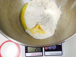 土豆沙拉包,把250g年粉、20g鸡蛋液、22g糖、2.5g酵母、2g盐(这里注意盐不要和酵母放一起,不然酵母会被盐杀死噢),124g水全部放进厨师机里和面