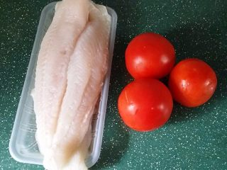 #百搭西红柿#西红柿鱼片汤,备好食材