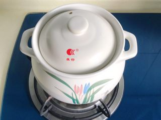 松茸花菇枸杞排骨汤,大火烧好后转小火慢慢炖