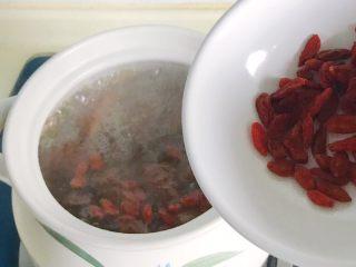 松茸花菇枸杞排骨汤,放进适量枸杞,再小火慢炖10分钟,热气腾腾拍出来照片有点不清楚