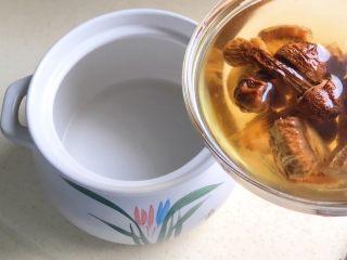 松茸花菇枸杞排骨汤,把松茸和花菇连同水一起倒进砂锅