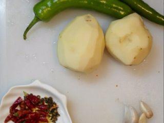 青椒土豆丝,食材洗净、土豆去皮,
