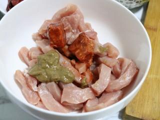 秘制小排肉,里脊放入碗中,加入腐乳、芝麻酱