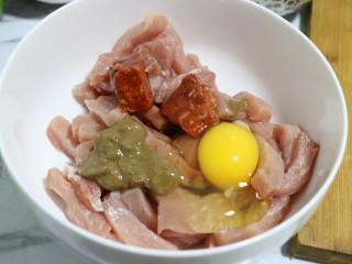 秘制小排肉,再磕入鸡蛋