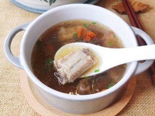 松茸花菇枸杞排骨汤,看看照片都会咽口水,有没有?😄赶紧趁热喝起来