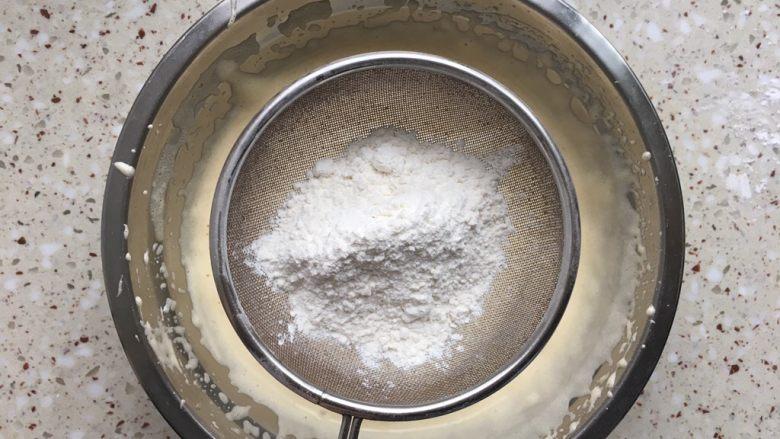 纸杯蛋糕,分2次筛入低粉;