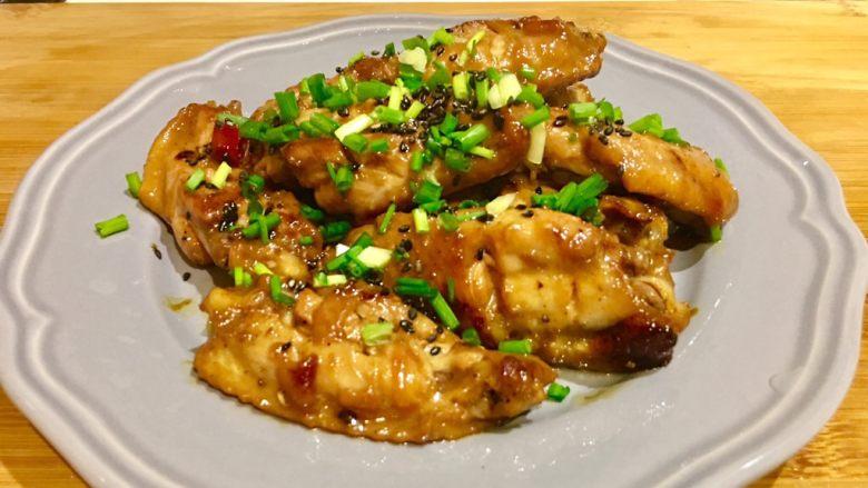 啤酒鸡翅,上盘🥘趁热撒上妖娆的葱花和芝麻,超级清香~
