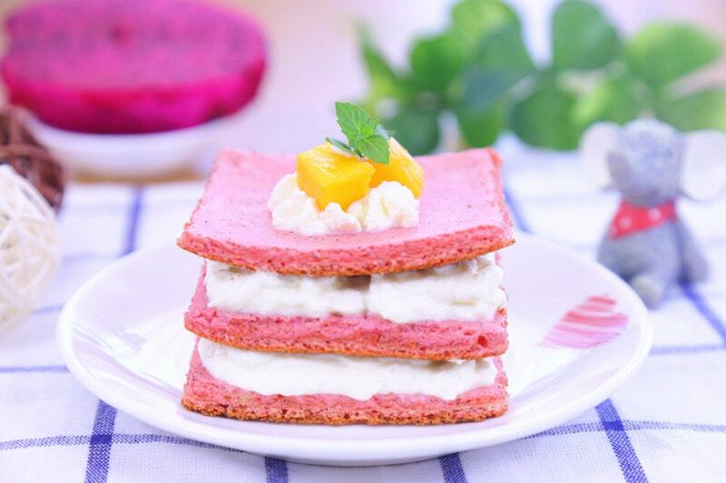 火龙果蛋糕 宝宝辅食食谱,出锅,切小块。</p> <p>颜值超高的火龙果蛋糕,适合搭配点儿酸奶和水果粒当宝宝的下午点心,或者家里有小朋友时当招待的小点心,保证十分受欢迎。