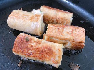 吐司香蕉卷,中小火煎至吐司金黄,煎好盛出