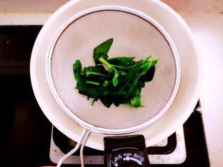 时蔬山药鸡蛋糕 宝宝辅食,烫熟后捞出沥干