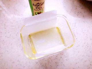 时蔬山药鸡蛋糕 宝宝辅食,器具中刷一层油,再垫上一层油纸,油纸可以超出器具一点,方便脱模