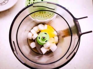 时蔬山药鸡蛋糕 宝宝辅食,处理好的山药连同鸡蛋一起放入辅食机中,没吃蛋白的宝宝只取蛋黄,适当加一点水