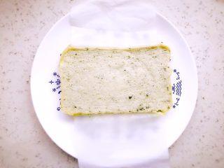 时蔬山药鸡蛋糕 宝宝辅食,放凉后脱模,垫了油纸很容易取出