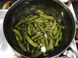 萝卜干毛豆炒腊肉,毛豆洗净,煮熟备用。