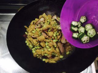 萝卜干毛豆炒腊肉,翻炒后放入切好的秋葵。(不喜欢秋葵的也可以不放)