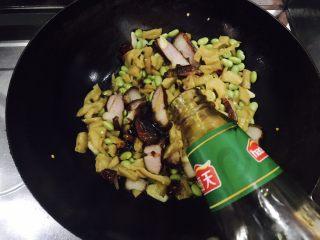 萝卜干毛豆炒腊肉,放入少量的耗油提味提鲜。