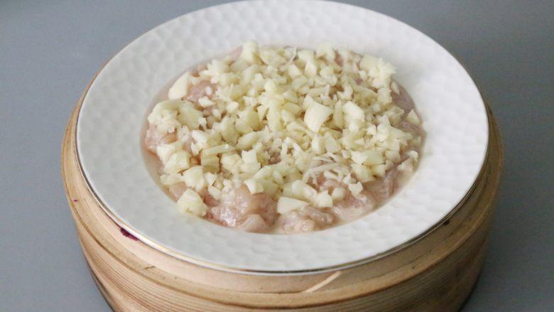 蒜蓉鸡胸肉,放入蒸屉,蒸约15分钟即可。