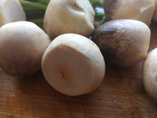 蚝油草菇炒芦笋,草菇洗净切掉后面的部分