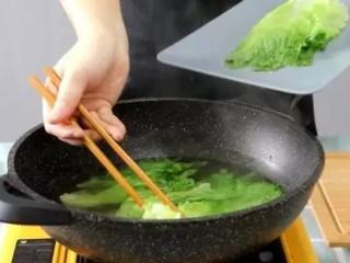 蚝油生菜,将烫变色的生菜立马捞出