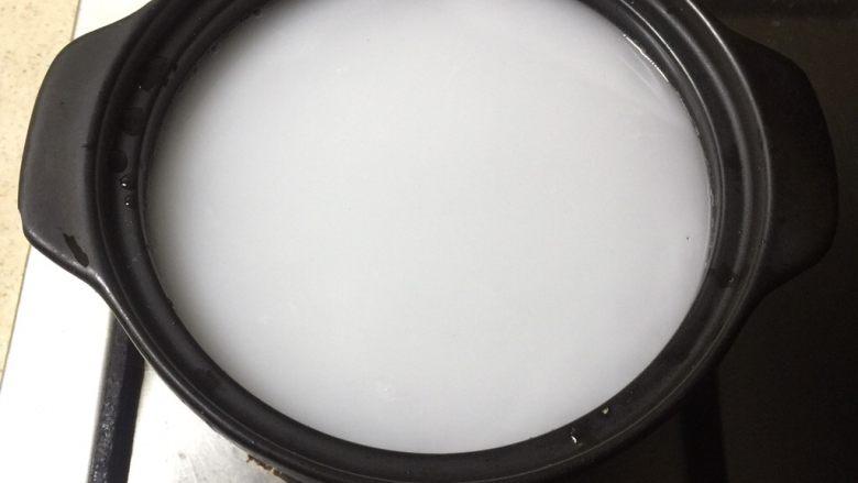 荷香蒸猴头菇鸡腿肉(附如何清洗猴头菇),砂锅注入水,加入两勺粘米粉搅拌均匀。