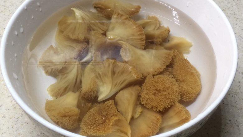 荷香蒸猴头菇鸡腿肉(附如何清洗猴头菇),洗到猴头菇揉捏后水还是清澈的没黄水就可以了。剪去蒂部,撕成一朵朵。