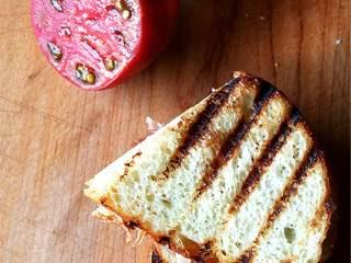 简单美味的三明治,面包(2片)用平底锅或者吐司机烘烤一下。