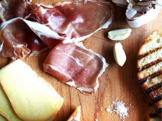 简单美味的三明治,再放上几片火腿,一次一片这样放,使其呈现波浪形,每片之间留有空隙。,在顶部放上几片芝士片,然后盖上顶部的面包片。