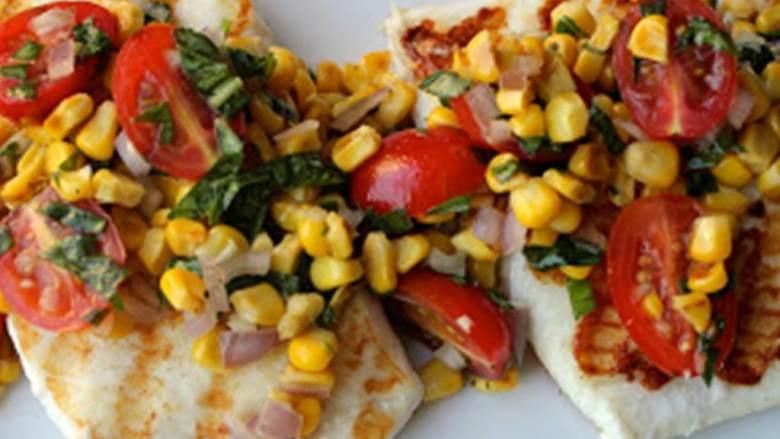 烤比目鱼配樱桃番茄和玉米莎莎