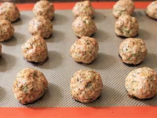 奇亚籽猪肉丸配生姜酱油汁,把肉丸放入烤箱烤20分钟,直到呈现浅棕色且熟透。
