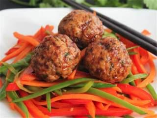 奇亚籽猪肉丸配生姜酱油汁,肉丸做好后趁温热,配上炒蔬菜或者面条一起吃。