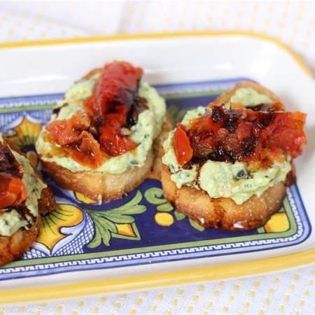 山羊芝士青酱和烤番茄面包盏
