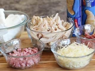 蓝带配方鸡肉面包卷,在一个大碗中,混合奶油奶酪 ,大蒜盐 ,洋葱粉 。