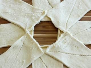 蓝带配方鸡肉面包卷,另外几个面团也取出展开,如图摆放在第一层面团上,注意要填补第一层的空隙。