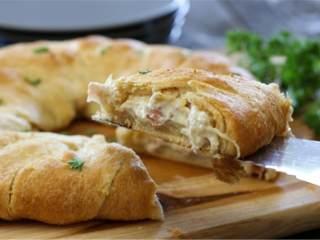 蓝带配方鸡肉面包卷,冷却好之后,切成八分,就可以吃啦!