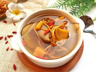 响螺虫草花老鸽汤,味道超级无敌的鲜~甜~清~润! 秋季来临必不可少的一道老少皆宜又营养健康的靓汤!