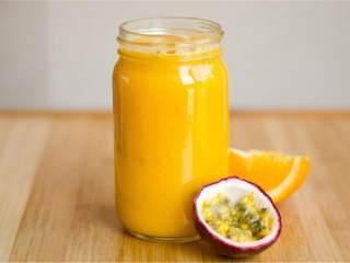 夏威夷风情果汁,放在冰箱中冷藏几个小时,可以享用啦!