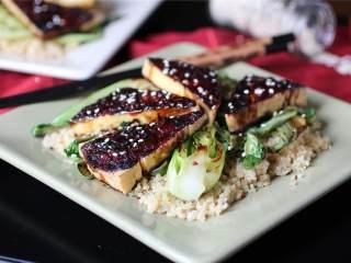 照烧豆腐配芝麻油青菜,按照口味撒上红辣椒片和适量芝麻油;豆腐和青菜搭配藜麦,米饭或者花椰菜饭一起吃,开动吧!
