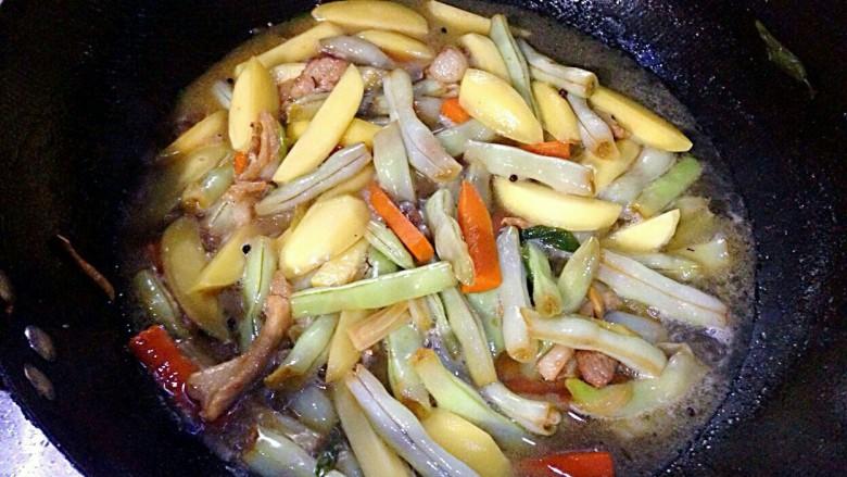 家常炖芸豆,再次放半杯开水,加盐,盖盖炖,记得中途翻炒