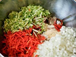 迷你焦糖香醋洋葱汉堡,混合:切碎牛肉 、 切丁小洋葱  (1/2 个)、 磨碎胡萝卜 、 绿皮西葫芦、 苹果醋 、盐、黑胡椒粉 、洋葱粉、大蒜粉 、辣椒粉