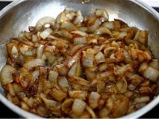 迷你焦糖香醋洋葱汉堡,肉饼每边炸3分钟或直到变棕完全炸熟,如果你用了菠萝,将它们放到煎锅里