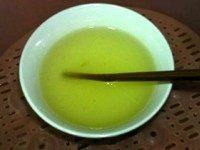 黄桃冻芝士,搅拌至鱼胶粉完全溶化