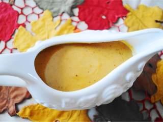 完美的火鸡卤汁,把煮好的肉卤过筛到一个碗中,滤掉结块;放在装卤汁的容器中,享用吧!