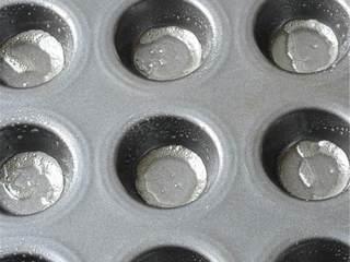 热带风情果挞,烤箱预热到165度,在迷你松饼模里撒上蔬菜汁。