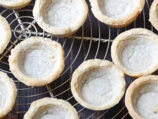 热带风情果挞,小心地用细刀将挞皮刮出来,在铁丝架上冷却至室温。