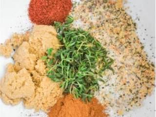 加勒比风情烤鸡配蔬菜,预热烤箱至200摄氏度。