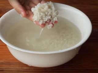 糯米烧卖,糯米 在净水中浸泡至少24小时;然后滤去水分,把糯米放在一个盘子上,平铺开来。