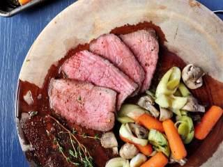 简易烤牛肉配蔬菜