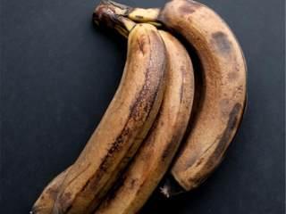 健康花生酱香蕉燕麦能量棒,预热烤箱至175摄氏度。取一个8厘米*8厘米的烤盘或者2个迷你马芬模,抹油。